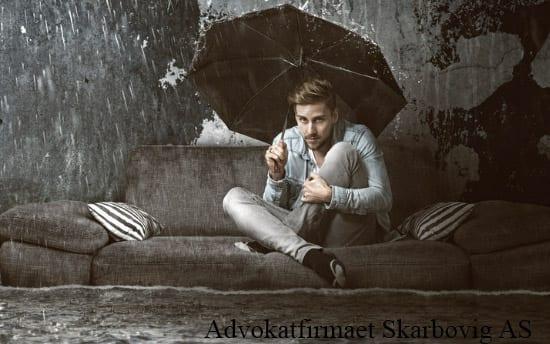 Bildet illustrerer en mann som sitter i en oversvømt leilighet. Det ser ut som at han er misfornøyd med leieboligen.